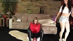 Женское доминирование, мужик сжимает 2 девушки