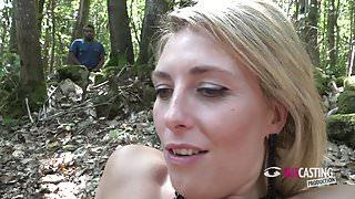 jolie blonde prise en anal en foret devant des voyeurs
