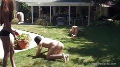 Dois dommes de biquíni treinam dois escravos nus como cães