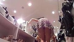 Onder de rok op roltrap blondine moeder uppie verborgen camera spontaan