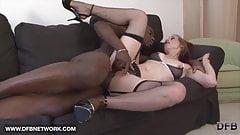 Une femme coquine jouit quand un black met une énorme bite dans sa chatte