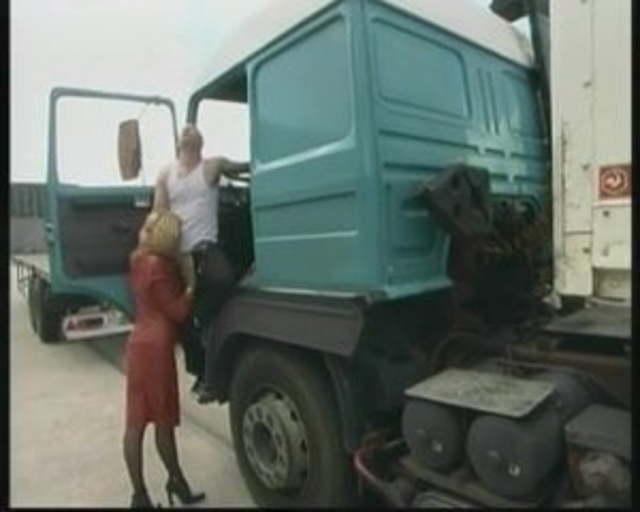 Baiser avec une MILF dans un camion