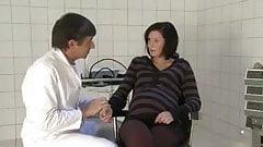Беременную жену трахнул ее доктор