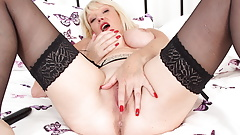 English gilf Amy loves stuffing a dildo in her cunny