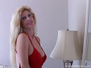 Milfs 4 u Super sexy old spunker loves to fuck her juicy pussy 4 u