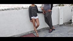 Юная девушка занимается сексом с арендатором на террасе