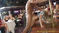Entzückende Blondine von Stripper nach Blowjob auf cfnm-Party geritten