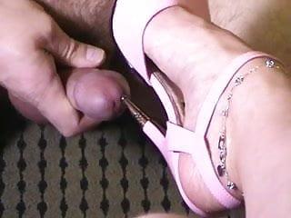 Bottom crate dog metal Pink metal heel peehole insertion.