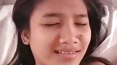 Asiatisches junges Mädchen hat enge Muschi
