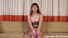 Симпатичную новенькую Jeanie жестко трахают на диване на кастинге с большим черным членом