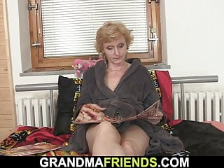 Woman sucking two mens dicks - Small titted slim old woman pleases two men