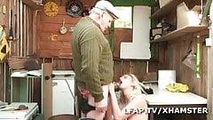 Elle suce Papy avant de se fait sodomiser par un autre