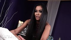 Momxxx欲求不満のアジア人熟女スージーqがホットタイマッサージ