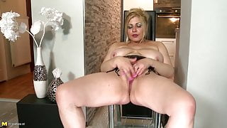 Amateur mature stepmoms-next-door with thirsty pussies