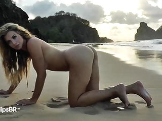 Woman with pussy pees on beach Belas da praia - making off