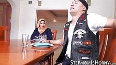 Arabische Mutter reitet Schwanz, während Stieftochter Eier leckt