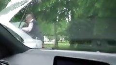 La milf sconosciuta lo aiuta a sborrare con una sega in auto