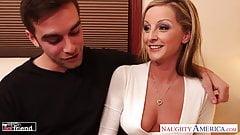 Busty Blondie Melissa Mathews zostaje zerżnięta