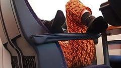 Calcetines negros y culo en un tren