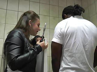 Transvestite dame edna Rijpe dame geneukt door 2 mannen op het toilet