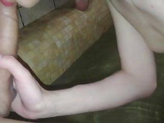 Nella miartusova riding cock Gode mentre viene inculata forte nella jacuzzi di una spa