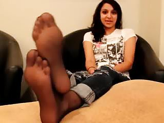 Pretty feet in sexy high heels Pretty arab girl shows feet in nylons