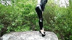 Pvc-Leggings! Sehr High Heels! Auf einem großen Felsen posieren!