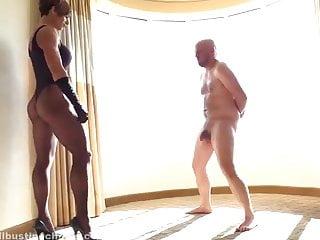 Nell mcandrews nude Donna atletica tira un calcio nelle palle di uomo.
