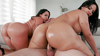 Extremely Juicy Butts Bouncing left and right in a Threesome