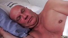 Oldje - Antonia Sainz - Wakey wakey, grandpa