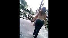 Brasileira rabuda jeans andando de bunda 1