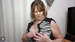 Vollbusige reife Mutter fickt ihre hungrige Muschi