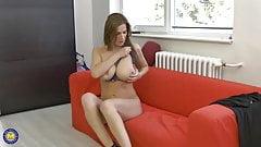 Posh busty MILF Carol Goldnerova feeding her pussy