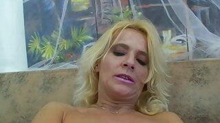 Blonde Milf wird von jungen Spritzer ueberrascht