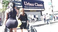 Sexy en mini faldas caminando por la calle
