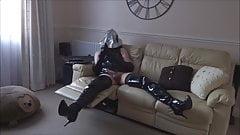 Alison in pvc, mascherata, ingabbiata e collegata - grande vibratore sborra