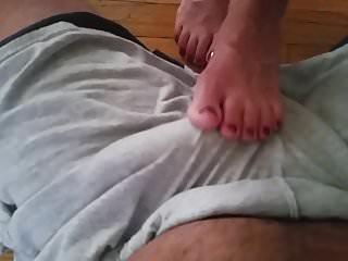 Bermuda nude Passando meus pes no pau marido sobre bermuda - footjob