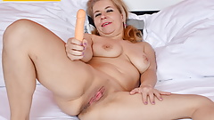 Euro milf Paege dildos her thick lipped pussy