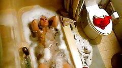 Milf bathtub voyuer