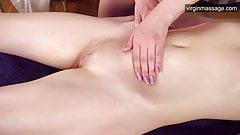 Горячая девственница горячая девушка Саша Мамаева получает свой первый массаж
