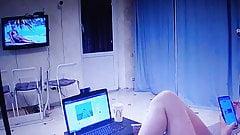 Молодая девушка перед вебкамерой дома