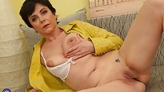 Amateur mature mom fucks her thirsty vagina