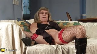 Mature cunt playing with herself