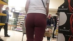 Meaty ass milf in light sweats
