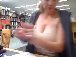 Amateur nue Sein nue dans la bibliotheque