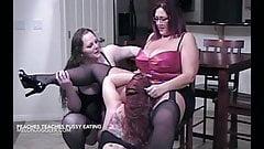 Wielkie cycuszki lesbijki liżą talerz