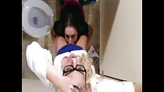 Colorrush - une écolière dans la salle de bain