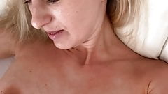 ¡Orgasmo en la mañana después de un sueño totalmente mojado!