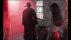 Гробовщик с большим черным членом хоронит шлюшку в переулке