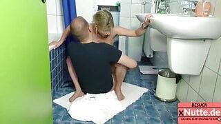 Handwerker wird von milf aufgerissen im Bad